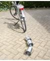 Blikjes achter de fiets pakket